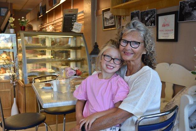 IKKE STRENGT NOK: Marianne Hassel Lauritzen er glad for at hun nå kan få besøk av barnebarnet Alexandra (5) med en løs tann. De to koser seg på Evensens bakeri. – For min del kunne retningslinjene vært strengere, spesielt i forhold til alkoholservering. Strenge regler rundt alkohol er i tillegg til meteren de beste virkemidlene, sier hun.