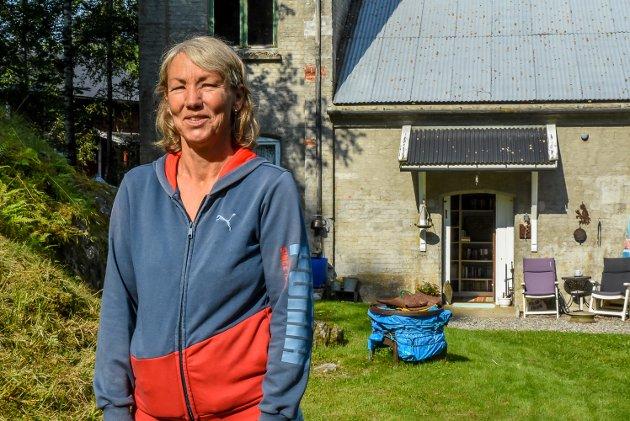 Nina Søreng har brukt gamle Narvestad kraftstasjon som hytte i 10 år. Nå ønsker hun å selge det gamle kraftverket langs Mysenelva.