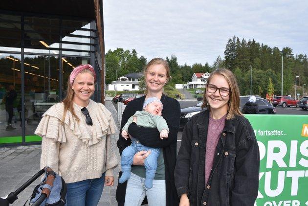 GRATULANTER: Therese Krysiak Gulbrandsen  er venninne med butikksjefen, og ville gratulere. Amanda Haave og Vilde Forfang, henholdsvis butikksjef og frukt/grøntansvarlig i Kiwi Askim, stilte også på åpningen. – Nå skal Kiwi gjøre det bra i Askim, sier Haave. Lille Elias (3 mnd) sover seg gjennom butikkåpnmingen.