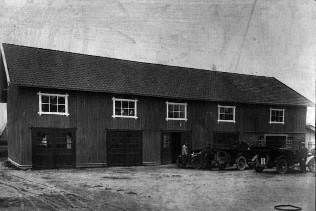 Bilanlegget i 1922. Verksted i undertasjen og billager i andre etasje.