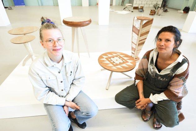 Elise Nordstad Kolby og Sara Fosstvedt har fått øynene opp for hvor krevende trearbeid er