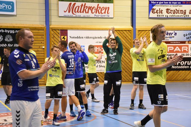Drammensspillerne klappet for det gode hjemmepublikummet på Notodden som ga en fin ramme rundt kampen.