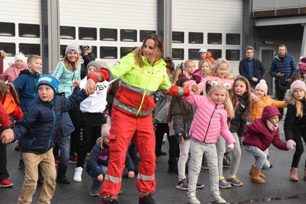 Barn og redningsmannskaper i skjønn forening i dansen.
