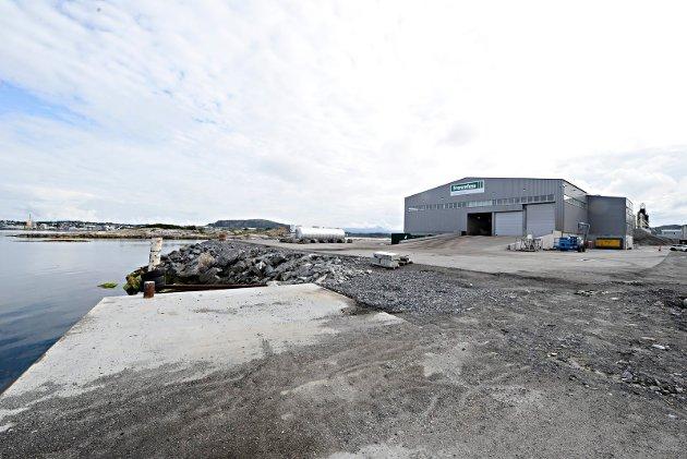 Utslipp fra Franzefoss-anlegget (bildet) og Veidekke på Husøya er plagsomt for mange i Kristiansund, skriver Astrid Grydeland Ersvik.