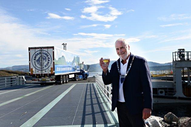 En stor dag for ordfører på Hitra og styreleder i NFKK Ole L. Haugen da den første ferske laksen som skulle sendes fra Hitra til Europa sjøveien, kjørte om bord. Nå etterlyser Haugen et taktskifte for å få fortgang i transportomleggingen.
