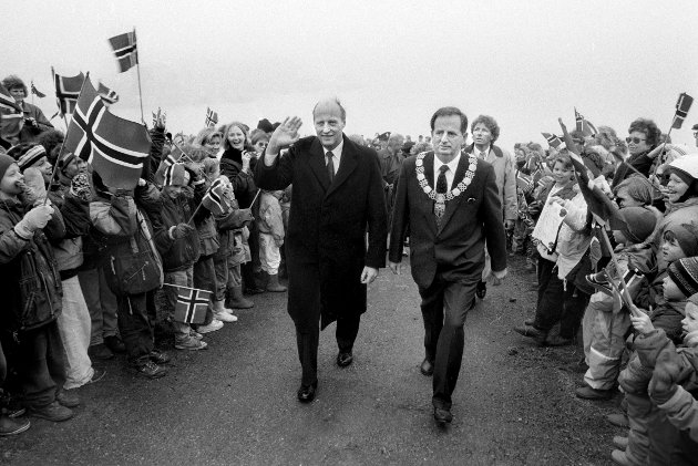 Kong Harald på vei opp til Slottsfjelltårnet for å sette sin singnatur på tårnet, det samme gjorde Kong Olav i sin tid. Kongen ble ledsaget av Ordfører Erik Carlsen. Kongen var i Tønsberg i forbindelse med innvielse av nytt Bibliotek. 9. mars 1992.