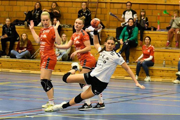 Flint - Rælingen 20-23 i Slagenhallen. Eliteserien håndball kvinner. Synne Fossheim.