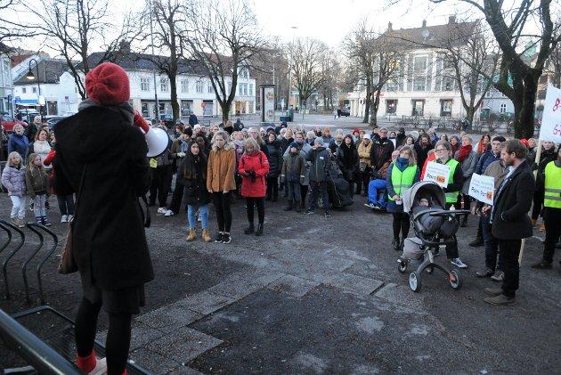 VIKTIG: Det er fortsatt ikke likestilling mellom kjønnene, derfor er Kvinnedagen 8. mars fremdeles viktig, mener forfatterne. Her fra fjorårets markering i Tønsberg.