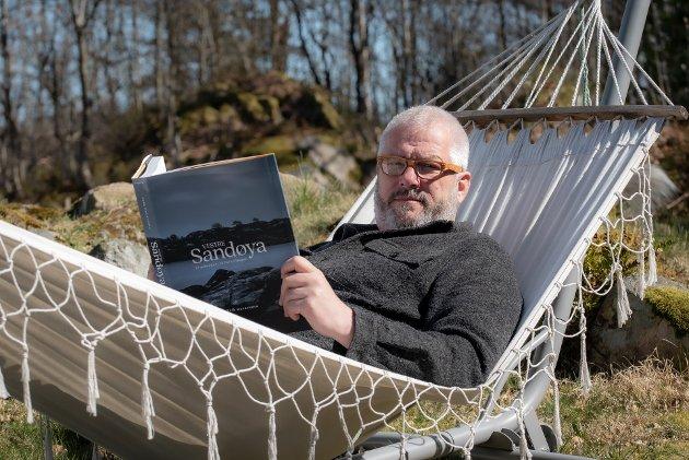 Tvedestrandspostens anmelder gir Erik Garaventas bok om Vestre Sandøya toppkarakter. Her har forfatteren tatt plass i hengekøya.