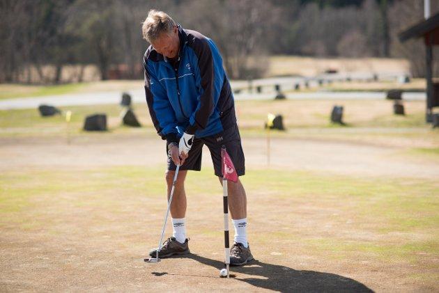 Lørdag ble golfbanen i Son åpnet. Her ser vi en del av golfspillerne som tok turen til Son og slo årets første slag.