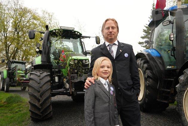 Oliver og Darren fra England fikk låne traktor av naboen for å delta i toget