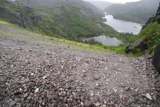 LANDDEPONI: Fra toppen av Titanias landdeponi, med utsikt mot fylkesvei 44 til Åna-Sira.