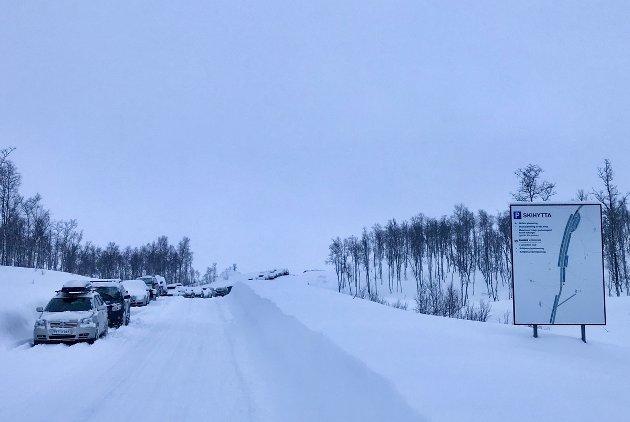 Her, ved parkeringen for Skihytta i Sulitjelma, blir det parkeringsavgift.