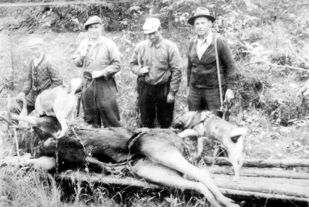 Elgjakt i nærheten av Gunhildrud på Fiskum, rundt 1950. Fra venstre Kr. Grimnes, Kristoffer Hoen, Erik Hægstad og Johannes Hægstad. Kilde: Eiker Arkiv.
