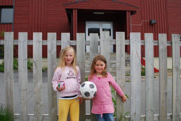 Sanna Sofie Olsen Pettersen og Benedicte Helen Solbakk møter stengte dører ved Nordvågen skole til høsten.