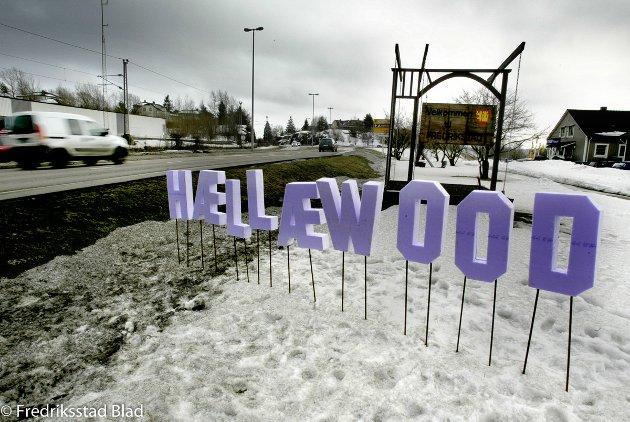 """Hællæwood. Dette skiltet ble bilister på vei inn til Fredrikstad sentrum møtt av under premièren på filmen """"Lange flate ballær"""". Foto: Nils Harald Ånstad, 30.03.2006"""