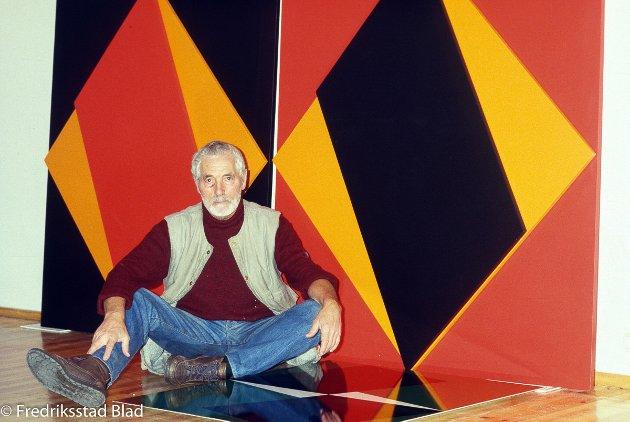 Grafiker Herman Hebler (76) stiller ut store fargerike relieffer, malerier og grafiske blad i Galleri F15 på Jeløya i Moss. Foto: Erik Hagen, FB 30.01.1987