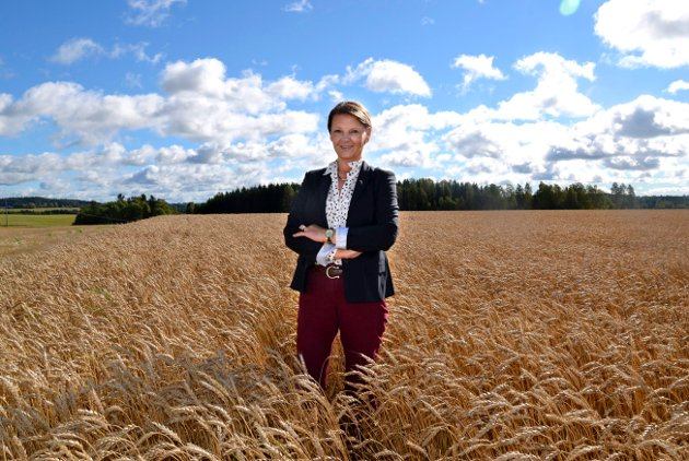 – Norsk landbruk trenger muligheter og ikke begrensninger, påpeker Ingjerd Schou (H), her godt plassert i en åker i hjemkommunen Spydeberg. (Arkivfoto: Anne-Lene Frølandshagen)