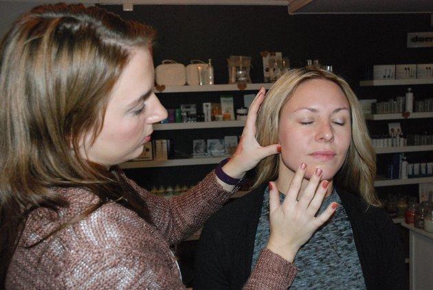 Hudterapeut Isabell Renate Holen ved Din Hud Velvære i Lillehammer sminker Pernilla Stenmark til fest. Først legges en hudkrem med skimmer blandet med primer før foundation legges.