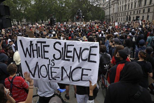 PROTESTER: Verden over har drapet på George Floyd revitalisert kampen mot rasismen. Her fra London.Foto: Ap Photo/Matt Dunham