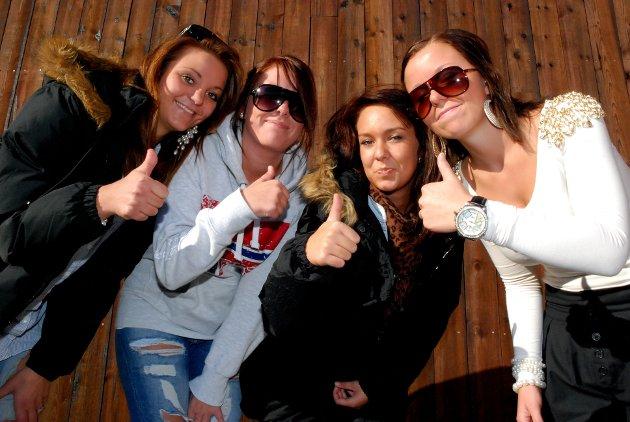 THUMBS UP: - Helsestasjonen for ungdom er et bra tilbud, mener fra venstre Lene Mari Aaserud, Mari Carlsen, Linn Nybakke og Renate Kørra.