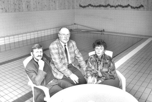 HOTELLSAMARBEID SKAIDI: Her representert ved Gunnar B. Larsen, Skaidi Turisthotell, Alf Sakshaug, Kvalsund kommune og Anne-Lise Svendsen, Skaidi Arctic hotell, plassert rundt Arctics nye svømmebasseng. 04.12.1990.