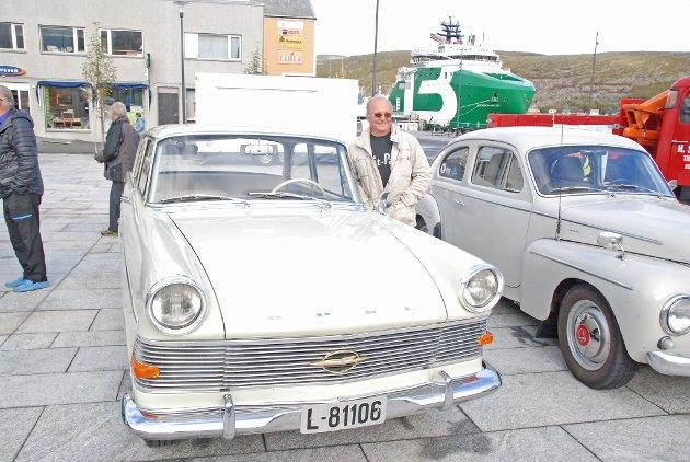 KONEBIL: - Jeg har tatt med konebilen, sier Knut Hjalmar Andersen med glimt i øyet. Dette er da en Opel Rekord Olympia, 1960-modell. - Vi har sikret oss den igjennom bekjente. Den forrige eieren ville at vi skulle ta vare på den.