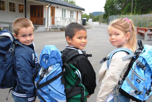 Kvinnheringen har fotografert alle førsteklassingane i Kvinnherad. Her ser du frå venstre: Viljar Napstad, Jonas Ystås og Savannah Støen. (Foto: Arne Lindeflaten)