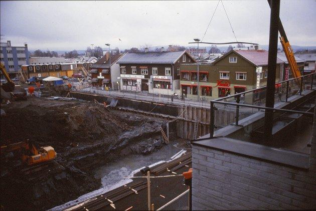 1983: Senteret, som da skulle hete Lillestrøm City, under bygging. Slik så torvet i Lillestrøm ut den gang.