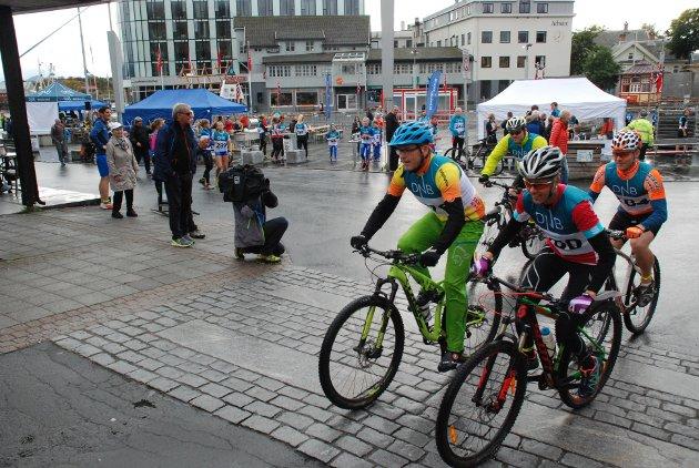 Syklistene som deltok i Lofotpost-tråkket, tråkket friskt ut av torget.