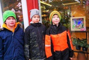 Rikard Mekiassen Rørtveit og Marcus Abelsen avduket lysboksen til 4. trinn i butikkvinduet hos Berre & Torg på Ramberg.