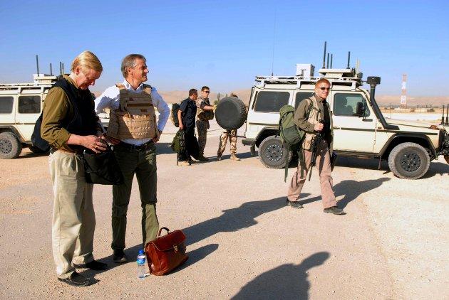 Jonas Gahr Støre har besøkt Afghanistan gjentatte ganger i embeds medfør. Her som daværende utenriksminister, med skuddsikker vest og dokumentmappen ved sine føtter. Her er han sammen med Norges ambassadør, Kåre Aas, i Maimana, før avreise til den store Kabul-konferansen i 2010.