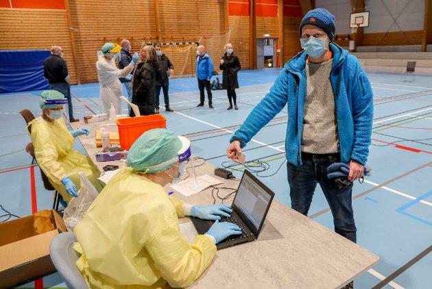 KORONA: Flere hundre benyttet drop in testsenteret i Tromsdalshallen i november. Men obligatorisk test ved ankomst til Norge, vil ikke regjeringen ha. Dermed er det trolig duket for ny smittebølge i januar.