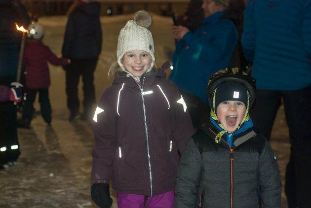 FORNØYDE SKØYTERE: Sunniva Haug Johansen (7) og Lars Gärtner (5) er to av anslagsvis 300 glade skøytere på nissefesten lørdag ettermiddag.