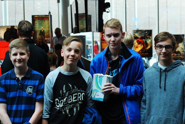 VENTER I SPENNING: Jostein Berger (14), Jonatan Bøe Olsen (14), Ruben-Andre Lundblad  (14) og Mattias August Berntsen (14) gleder seg til å se filmen til Prebz og Dennis. - Vi håper i alle fall det blir bra. Disse er nok de eneste Youtuberne i landet som har råd til noe sånt.