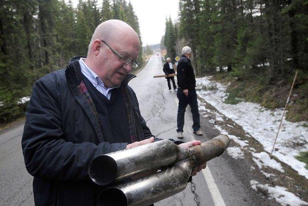 Ordfører Terje Odden inspiserer Fylkesveg 247 sammen med Ole Edvard Sand og Hans Gjerdalen fra Tankesmia i Søndre Land.  PS: eksosrørdelen ordføreren holder er ikke medbragt, men ble funnet på stedet.