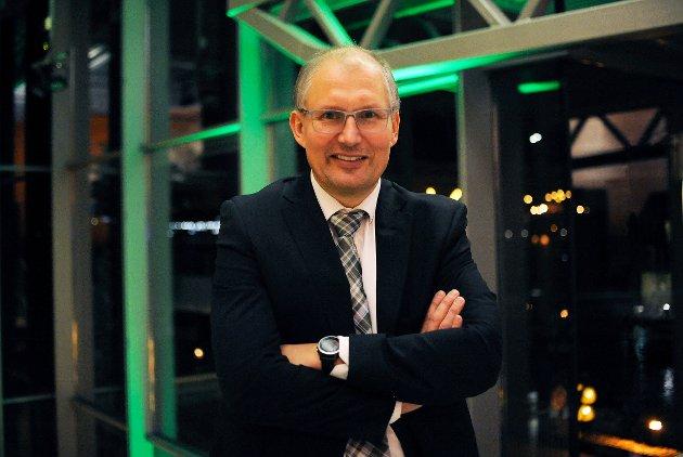 VIKTIG SAK: Fylkesordfører Terje Riis-Johansen er opptatt av å få bukt med vedlikeholdsetterslepet på fylkesveiene i Vestfold og Telemark.