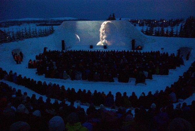Birkebeinerne foran fullsatt sal i snøkino på Sjusjøen. Mer spektakulært blir det ikke.