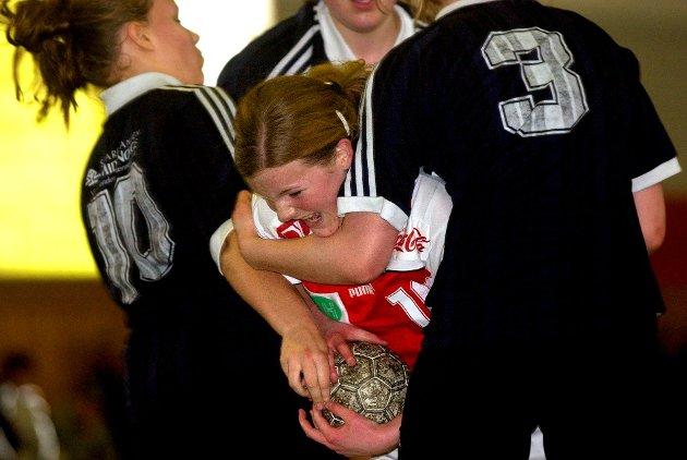 2004: Rikke Tajet Skau fra Veldre Håndball har ingen planer om å gi seg i denne duellen med tre motspillere i 2004.