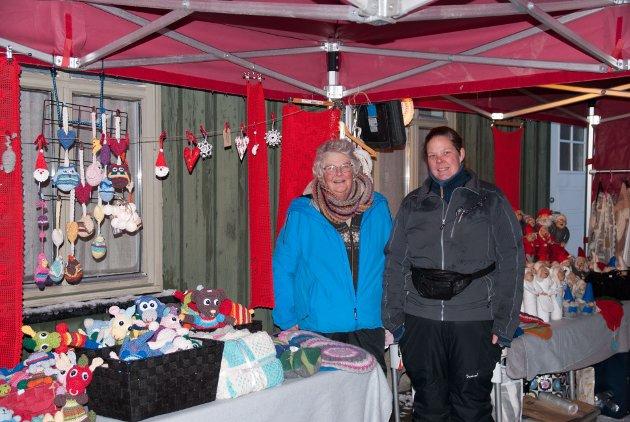 Veronica og Gun Helen Opdahl har deltatt på julemarkedet hvert eneste år med sine hjemmelagede figurer.