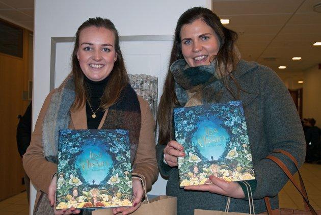 Vilde Grønvold (26) fra Vikersund og Randi Tovsrud Raaen (26) fra Krødsherad var strålende fornøyd med å ha sikret seg signerte bøker og mente det var vel verdt turen, tross subbete føre.