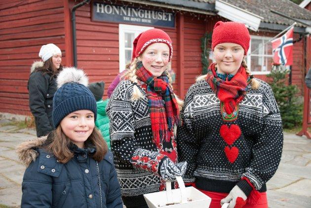 Selma Hansen (9) fikk godterier fra nissejentene Anna Lingsnes Haugom og Maj Lene Halvorsen-Granberg