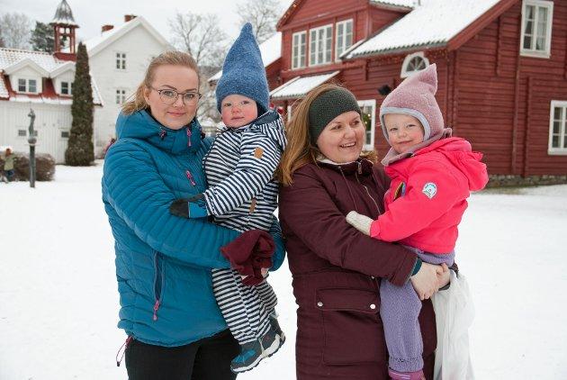 NISSEBESØK: Mathilde Gundersen, Anders (2), Mailen Lyngstad og May Louise (2,5) hadde besøkt nissen. – Han var litt skummel, men vi fikk godteri allikevel.