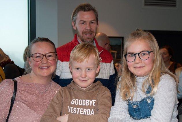 Øyvind Hansen og Maria Rosenberg med barna Julie (11) og Tobias (7) koste seg på forestilling. – Jeg er ikke veldig showmann egentlig, men dette må jeg ha med meg, sier Øyvind.