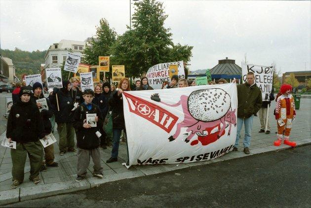 13.10.1996: NOAH Merkerte den internasjonele anti-Mc Donald- dagen i Sandefjord med demonstrasjon mot den kommende Mc Donald restauranten i Sandefjord