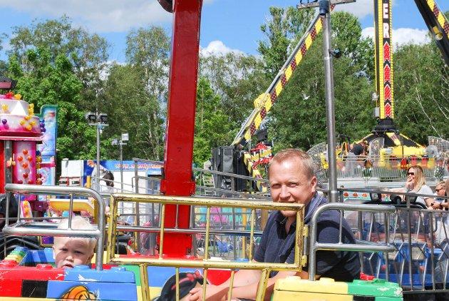 Adrian Moland (1) koser seg med pappa Kai Arne Moland i pariserhjulet.
