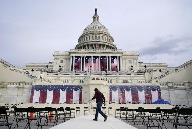 I morgen innsettes Joe Biden som USAs neste president. – Hva som helst kan skje det neste døgnet, skriver Dag Evjenth i Dagens Dag. Bildet er tatt under forberedelsene til innsettingen foran kongressbygningen på Capitol Hill i Washington D.C. (Foto: NTB/AP Photo/Patrick Semansky)