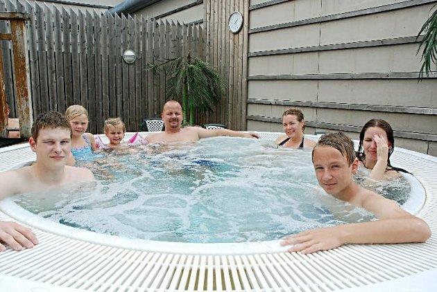 BOBLEKOS: Lasse Arnesen (16) fra Båstad, Vilde Tvedt Skjeggdal (7) og Øystein Vinje (38) fra Lørenskog, Linda Ardem (38) fra Oslo, Lise Budde (36) og Marius Vinje (15) fra Lørenskog. Året 2012.