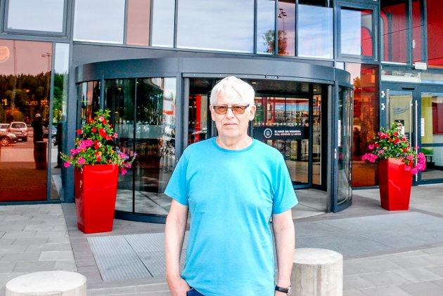 Arnfinn Granheim (68), bosatt i Sverige de siste 15 årene, flyttet til Töcksfors fra Årjang for noen måneder siden. Granheim er  opprinnelig fra Hamar. Han tok med Smaalenenes Avis på kjøpesenteret. – Nå ønsker jeg at nordmenene kommer tilbake igjen, sier Granheim.