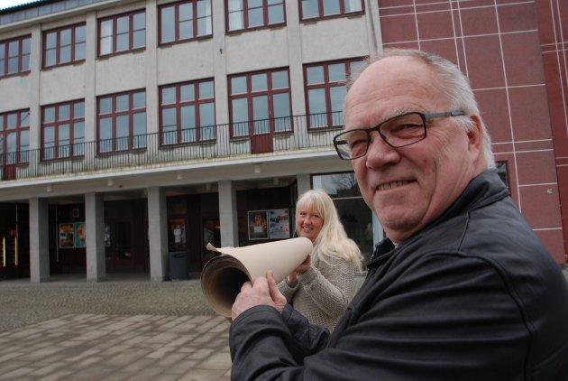 Festiviteten skal ikke få noen ny scene, den har vært der i 60 år, sier Ingar Huseby. Bildet er tatt ved en tidligere anledning og sammen med Ingunn Fjelstad.